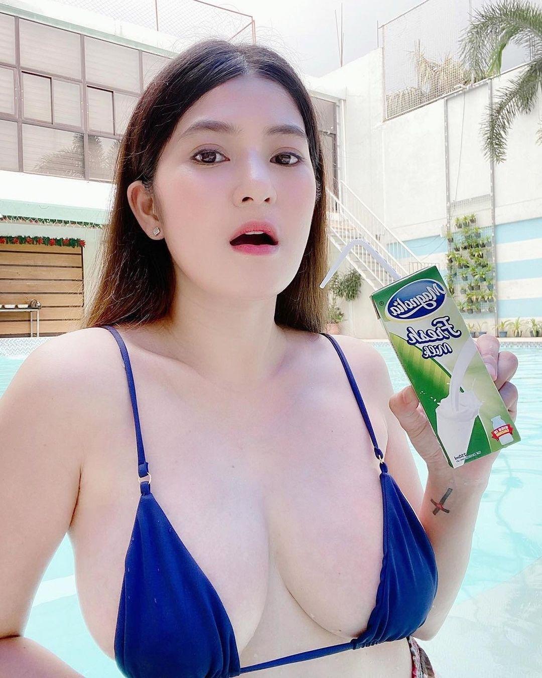 aizskat สาวเซ็กซี่ สาวสวยน่ารัก เห็นแล้วรู้สึกอยากกินนม ขอดูดซักข้างเถอะ
